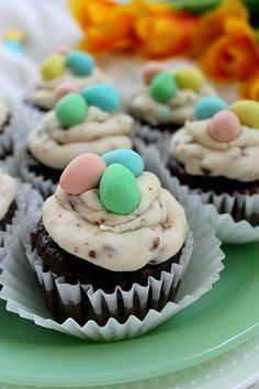 If you love Cadbury mini eggs you'll love these easy Easter cupcakes! Your kids will devour the buttercream icing and you'll enjoy a different Easter dessert idea that isn't a bird's nest. Try these fun treats and watch them disappear! Dessert Oreo, No Egg Desserts, Desserts Ostern, Easy Desserts, Delicious Desserts, Mini Egg Recipes, Easter Recipes, Cupcake Recipes, Dessert Recipes