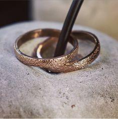 Zarte Rotgold Eheringe mit einer feinen Oberflächenstruktur. Wedding Rings, Engagement Rings, Jewelry, Elderly Crafts, Make Jewelry, Rings For Engagement, Jewlery, Jewels, Commitment Rings