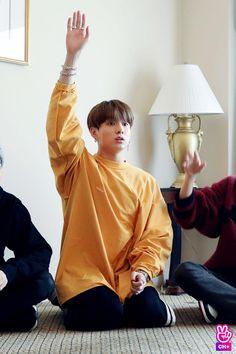 Yes kookie we know its Taehyung Now put your hand down for Godsake. Jungkook Jeon, Kookie Bts, Jungkook Oppa, Kim Namjoon, Kim Taehyung, Bts Bangtan Boy, Seokjin, Jungkook School, Bts School