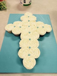 Cross cupcake cake for baby boy baptism- Easy way to make a beautiful Cupcake Cross for Christening, Communion or Baptism. Baby Boy Birthday Cake, Baby Boy Cakes, Cakes For Boys, Birthday Cupcakes, Twin Birthday, Easter Cupcakes, Party Cupcakes, Cupcakes Kids, Cupcake Torte