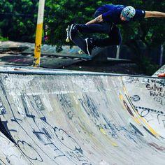 Instagram #skateboarding photo by @arthurdelgobo - Sobre o fds ainda  mesmo sem poder andar foi muito style colar na pista  encontrar amigos  se informar das novas   registrar uns moments  mesmo cortando a mão do meu brow @rocamoraduh ( sorry man) e tudo isso na companhia do meu melhor amigo  meu filho .#photographer  #canon  #dslr  #skateboard #skateboarder #skateboarding #homies #rdp #piracicaba. Support your local skate shop: SkateboardCity.co