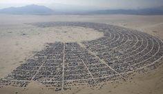 Een luchtfoto van het festivaldorp van Burning Man.