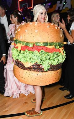 Say Cheese from 2019 Met Gala After-Party Photos Katy Perry switched out of her original chandelier-inspired look by Moschino for a cheese burger ensemble by the same designer. Katy Perry Halloween, Crazy Halloween Costumes, Halloween Boo, Cool Costumes, Mariah Carey Butterfly, Met Gala Outfits, Singer Fashion, Moschino, Met Gala Red Carpet
