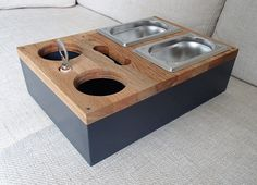 Sofa tablett Wohnen : Sofa Tablett - Bier Kiste - Couch Butler - Ablage How to Carry a Ladder Correc Butler, Hanging Basket Stand, Couch Tray, Bright Wallpaper, Diy Plant Stand, Dog Bowls, Wood Projects, Crates, Woodworking Projects