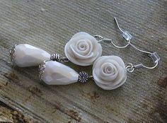 Náušnice s africkými háčikmi s ručne modelovanými ružami a perleťovými slzami. Ruže sú z polymérnej hmoty perleťovo-bielej farby, komponenty sú platinovej farby.