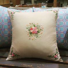 장미자수쿠션#프랑스자수 #자수수강 #송도자수샾 #스티치북 #소품판매 #선물 #린넨원단 #쿠션#embroidery #hadecrafted #stitch #decoration #gift #handmade #cushion