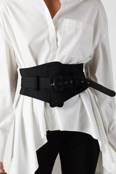 Oversized white button up blouse paired with a black corset belt . Simplistic and edgy. Look Fashion, Diy Fashion, Korean Fashion, Ideias Fashion, Fashion Outfits, Womens Fashion, Fashion Trends, Gothic Fashion, Winter Fashion