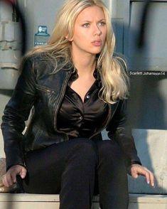 Scarlett johansson look black jacket Scarlett And Jo, Black Widow Scarlett, Black Widow Natasha, Hot Actresses, Hollywood Actresses, Hollywood Fashion, Beautiful Celebrities, Beautiful People, Black Widow Avengers