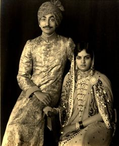 HH Maharaja Sir Rajendra Narayan Singh Deo and HH Maharani Kailash Kumari of Patna (India). Vintage India, Vintage Photographs, Vintage Photos, Contexto Social, Royal Indian, History Of India, India People, Sari, Royal Weddings