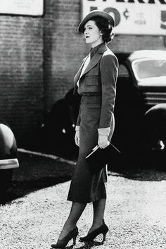 Myrna Loy during a 'walking shot' for the film Double Wedding film movie star costume wardrobe late vintage fashion style suit dress hat shoes purse hand bag cropped jacket long skirt transition era early War Era Retro Mode, Vintage Mode, Moda Vintage, Vintage Dior, Vintage Style, Vintage Hollywood, Hollywood Glamour, Classic Hollywood, 1930s Fashion