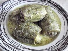 Υλικά: 10 κολοκύθια 1/2 κιλό κιμά μοσχαρίσιο 1 1/2 φλ. τσαγιού ελαιόλαδο 1 φλ. ρύζι καρολίνα 2 κρεμμύδια ξερά τριμμένα 1/2 ματσάκι άνηθο ψιλοκομμένο 1/2 ματσάκι μαιντανό ψιλοκομμένο Αλάτι-πιπέρι 2 αυγά 2 λεμόνια Εκτέλεση: Πλένουμε τα κολοκύθια,κόβουμε