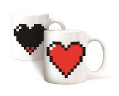 Un regalo romántico para esa persona especial. Un brillante rojo llenará el corazón de esta bonita taza cuando la llene con su bebida caliente favorita.