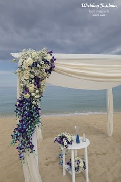 Blue orchids and white roses for a rich decoration on the beach.