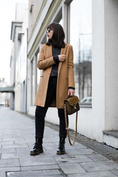Blogger Outfit Street Style: Camel Mantel – Zara | Mohair-Pullover – & other Stories | Jeans – Closed Pedal Pusher | Tasche – Louis Vuitton Métis Reverse | Stiefeletten – Dr. Martens 1460 | Sonnenbrille – Ray-Ban Round Metal