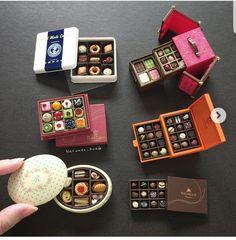 miniature boxes of chocolate & cookies Cute Polymer Clay, Polymer Clay Miniatures, Polymer Clay Charms, Dollhouse Miniatures, Barbie Miniatures, Miniature Crafts, Miniature Food, Miniature Dolls, Miniature Tutorials