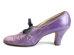 Pumps with high Spanish heels, decorated with perforation and white leather straps - 1927-1929 - by Baxter's Inc., USA - Shoe Icons