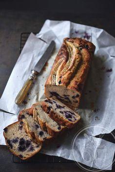 Voici une recette qui annonce bien l'arrivée de l'automne, la baisse de température, un banana bread consistant pour bien commencer la journée ou réconfortant pour le goûter après une dure journée. Le banana bread est une sorte de cake à la banane mais...
