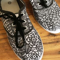 DIY - Sharpie Shoes pair of white canvas shoes at walmart and some sharpies and this would look awesome! High Shoes, Black Shoes, Your Shoes, New Shoes, Doodle Shoes, Sharpie Shoes, Sharpie Art, Sharpie Crafts, Diy Vetement