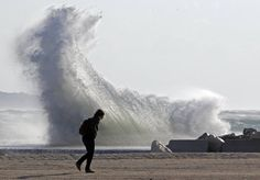 When giant waves attack Photos   When giant waves attack Pictures - Yahoo! News Philippines