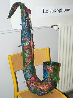 Saxophone en papier mâché réalisé par des enfants de CP de l'école Jacques Fert à Reyrieux.