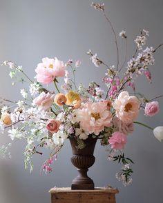 """Flower Studio 라 포에티크 on Instagram: """"Peonies 💕 ㆍ ㆍ ㆍ < 모든 문의 > ▫️lapoetique.co.kr ㆍ #부산플라워클래스 #부산플라워레슨 #부산꽃수업 #부산꽃집 #플라워클래스 #플라워레슨 #라포에티크 #lapoetique #flowerclass…"""""""