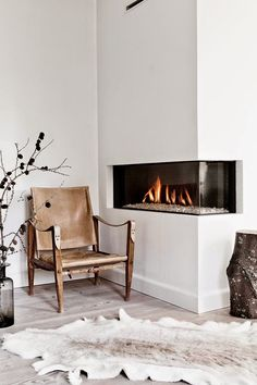 Are you lucky enough to have a living room with fireplace? A fireplace is an architectural structure designed to contain a fire. The idea of a corner fireplace living room is amazing. Home Fireplace, Home, Fireplace Design, Home And Living, Minimalist Fireplace, Interior, Trending Decor, House Interior, Home Deco