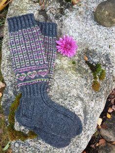 Tein nämä Päkä & Mäkä sukat tilauksesta. Aihe sukkiin piirtyi mielessä nopeasti. Avainsanat olivat: Lemi ja seurakunta. Lampaat sopivat mielestäni molempiin:) (Ohje on saatavilla)