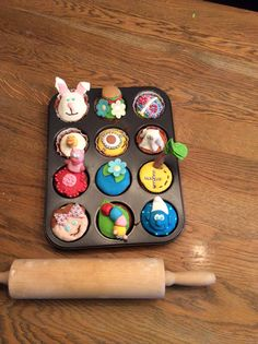 Leuke cupcakes om te maken met fondant. Mijn favoriet is de hamburger met citroensmaak Op twee de smurf met chocoladesmaak