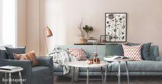 Eine Farbkombi für das Zuhause, mit der man nichts falsch machen kann, setzt sich aus einer neutralen, eher kühlen Farbe und einer wärmeren Farbe zusammen. Pastelltöne und Cremefarben sind besonders sanft. Das Zartrosa der Wände und das Grau des Sofas harmonieren wunderbar miteinander. Es können schließlich Farben aus gleichen oder ähnlichen Farbpaletten hinzugenommen werden.