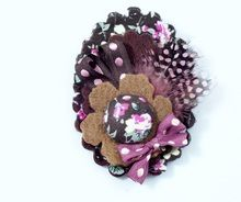 BIXUT- Broche realizado en fieltro,botón forrado, telas estampadas, lazos y plumas. Teddy Bear, Toys, Animals, Covered Buttons, Print Fabrics, Feathers, Hair Bows, Felting, Activity Toys