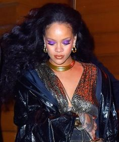 Rihanna wore new Fenty makeup at the Grammys. Rihanna Fenty Beauty, Rihanna Mode, Rihanna Makeup, Rihanna Style, Rihanna Fashion, Isabelle Adjani, Donald Glover, Beauty, Dressing Rooms