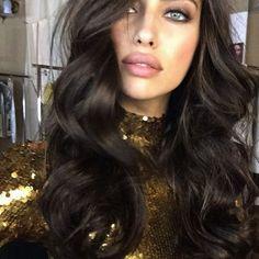 Irina Shayk Beautiful makeup and brunette hair Irina Shayk, Summer Hairstyles, Pretty Hairstyles, Model Hairstyles, Bombshell Curls, Looks Pinterest, Russian Beauty, Tape In Hair Extensions, Brunette Hair