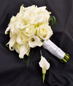 This elegant bouquet includes calla lilies and white roses by Beneva Flowers in Sarasota FL #bridalflowers #weddingparty