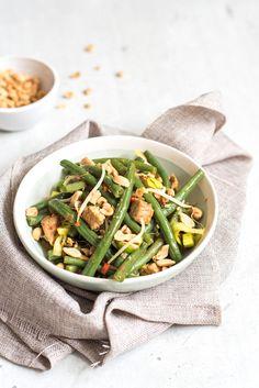 Met 15 minuten op tafel en een portie groente voor je neus waar je 'u' tegen zegt. Dit roerbakgerecht met sperziebonen heeft het allemaal. Veel groente, stukje vlees, peulvruchten en bovendien een heerlijke smaak. Dit gerecht is perfect voor een doordeweekse dag. Weet jij al wat je morgen gaat eten? Veel van onze gerechten zijn...Lees verder
