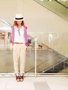 同じチノパンを使った別コーデスタイル。 白のカジュアルシャツとベージュチノパンに、黒縁メガネと帽子のカジュアルアイテムをあわせて。  肩掛けのピンクのカーディガンが可愛いアクセントになっていますね☆