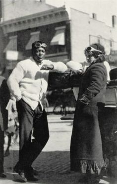 Jack Johnson and Etta Duryea If you're familiar with the movie The Great White Hope , you probably know that the Jack Jefferson characte. Jack Johnson Boxer, American Boxer, Heavyweight Boxing, Tragic Love Stories, Boxing History, Boxing Champions, The Great White, Sports Stars, Sports Pics