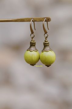 Boucles d'oreilles bronze perles de bois vert anis : Boucles d'oreille par baboochka