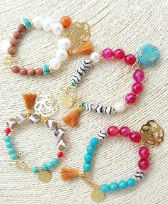 Pulseras en piedras naturales y perlas y apliques en bronce con baño de oro de 24 kilates. Diseños de Geo Ecléctica