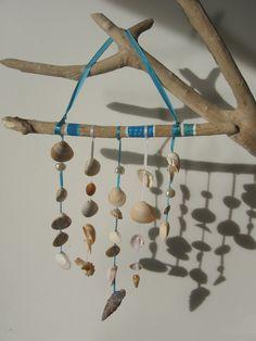 Mobile en bois flotté bleu et blanc peint à la main avec lien en satin, coquillages et perles nacrées : Décorations murales par tresors-des-baines