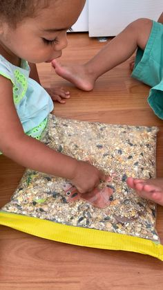 Create a super fun discovery and sensory bag for your toddler using their favourite farm puzzle pieces. It's an amazing way to learn animals and the sounds they make.