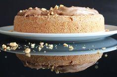 Snickerskake finner du flere av på bloggen, men ingen som denne. Begge tomler opp!! Seig og salt bunn med melkesjokoladekrem på toppen. Nam :) Det eneste som kanskje kunne gjort denne kaken enda bedre ville vært litt karamell. Det får bli til neste gang. Snickerskake i en 22 cm kakeform (Bake it easy), er lagd av Bunnen 4 eggehviter 200 g sukker 200 g Ritz kjeks 200 g peanøtter 1 ts bakepulver Pisk eggehviter og sukker luftig og stiv, men ikke altfor stiv. Knus Ritz-kjeks og peanøtter med…