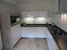 Moderne hoogglans greep loze keuken, voorzien van de nieuwste miele ...