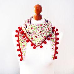 Ein Dreieckstuch aus einem schönen Baumwollstoff. Der Stoff ist weiß und hat ein rot/rosa, grünes Blumenmuster. An der Kante ist eine rote/ oder au...