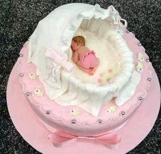 Torte mit einem schlafenden Baby in der Wiege