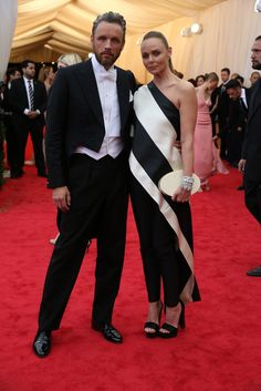 Stella McCartney does #CharlesJames deflated,vegan-style... #MetGala Red Carpet Arrivals - NYTimes.com