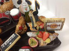 A vibrant Sunday #morning with this#trendy#HardRock#inspiration#breakfast##music#percussion#batteryofpercussion#batteryCake##guitarcookies#piano#croissant#donuts##passion fruit#colazione#Sessaspecialeventandcakes#Sessaartigianidelgusto#cappuccino#Sfogliatella#SessaSabato#Yahama#nutella#Chocolate#cupcakes#minicake#Rock#pop