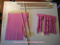The Marquesa del Puerto: How to make curly hair of fofuchas➽ Tutorial: curls for hair. found fb via… Fondant Tutorial, Doll Tutorial, Decorating Supplies, Cake Decorating Tutorials, Foam Crafts, Diy And Crafts, Craft Foam, Fondant Hair, Motif Mandala Crochet