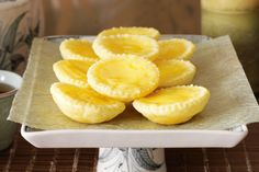 It takes just four simple ingredients to make these tasty tarts. Egg Custard Tart Recipe, Egg Tart, Custard Pies, Butter Puff Pastry, Flaky Pastry, Pastry Chef, Just Desserts, Dessert Recipes, Asian Desserts