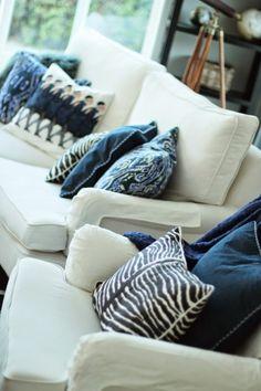 Blå kuddar i vardagsrum. Från bloggen VÄLKOMMEN HEM!