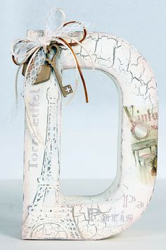Blog DECOMAN | Bellas Artes y Manualidades Diy Letters, Letter A Crafts, Wood Letters, Letter Art, Alice In Wonderland Room, Decoupage, Mirrored Picture Frames, 3d Laser, Alphabet Art